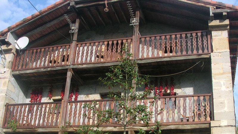 Balcones barandillas pasamanos - Barandilla de madera exterior ...